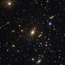 Rekord im Galaxienhaufen: Abell 85, aufgenommen am Wendelstein-Observatorium der Ludwig-Maximilians-Universität. Die zentrale, helle Galaxie Holm 15A hat einen ausgedehnten diffusen Kern. Ein Team von Astronomen am Max-Planck-Institut für extraterrestrische Physik und an der Universitäts-Sternwarte München hat mit neuen Daten die Masse des zentralen schwarzen Lochs dieser Galaxie direkt gemessen: Es besitzt die 40-Milliarden-fache Masse unserer Sonne. (Bild: Matthias Kluge/USM/MPE)